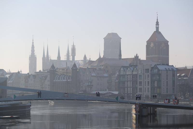 Kładka nad Motławą. W tle panorama Głównego Miasta