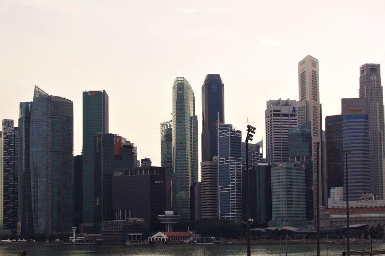 Panorama centrum Singapuru, drapacze chmur osiągają wysokość ponad 200 metrów