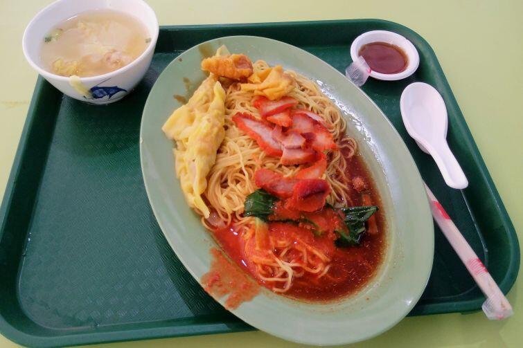 """Klasyczny posiłek w """"hawker center"""" – makaron w sosie chilli z pieczoną wieprzowiną Char Siu oraz pierożkami Wonton"""