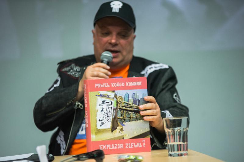 """""""Explozja zlewu vol. 2"""" (trzymana przez Krzysztofa Skibę) to ponad 500 stron opisu polskiej popkultury ostatniej dekady, okraszonego żartobliwymi komentarzami i bezlitosnymi spostrzeżeniami"""