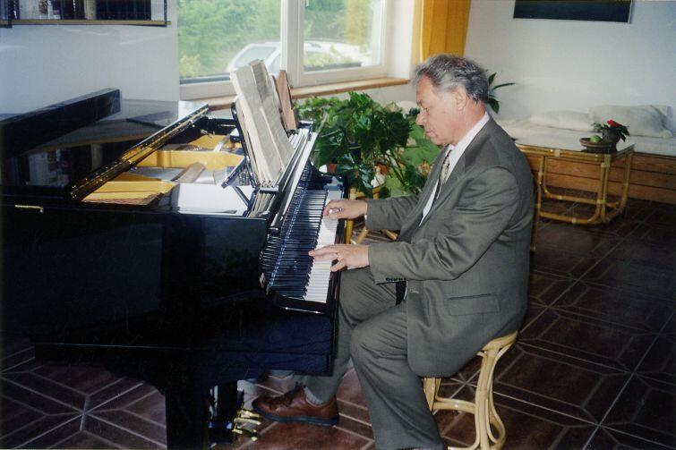 Ireneusz Łukaszewski jest założycielem i pierwszym dyrygentem Polskiego Chóru Kameralnego Schola Cantorum Gedanensis. Obecnie, już od ponad 30 lat, mieszka i pracuje w USA