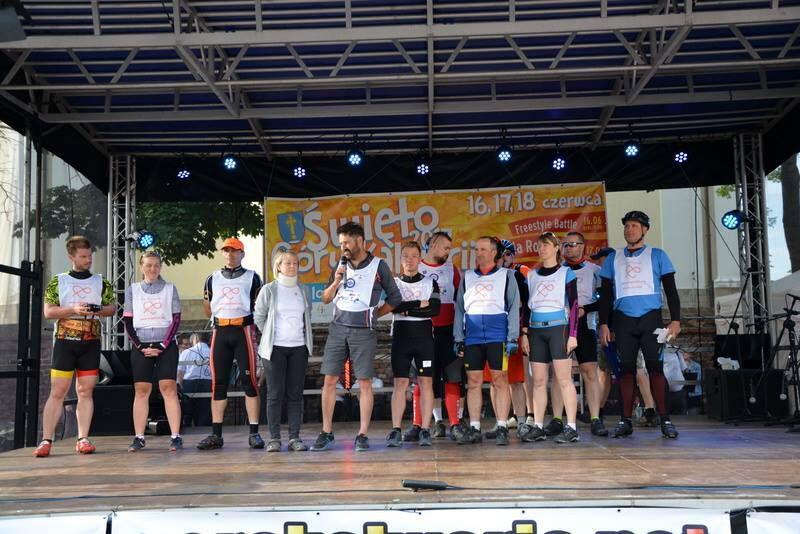 Rowerzyści z Fundacji Organiści podczas święta Góry Kalwarii zaproszeni przez burmistrza na scenę, aby opowiedzili o Fundacji