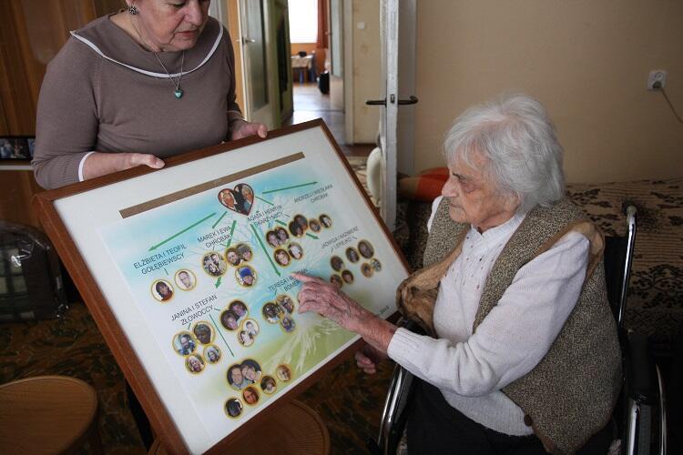 100 lat życia przyniosło piękne owoce: 7 dzieci, 13 wnuków, 21 prawnuków oraz 2 praprawnuków