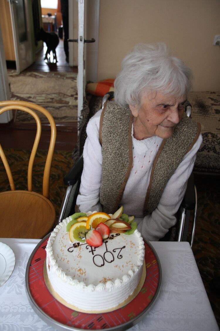 Na taki tort trzeba zasłużyć wyjątkowo długim zyciem: 200 lat, Pani Stanisławo!