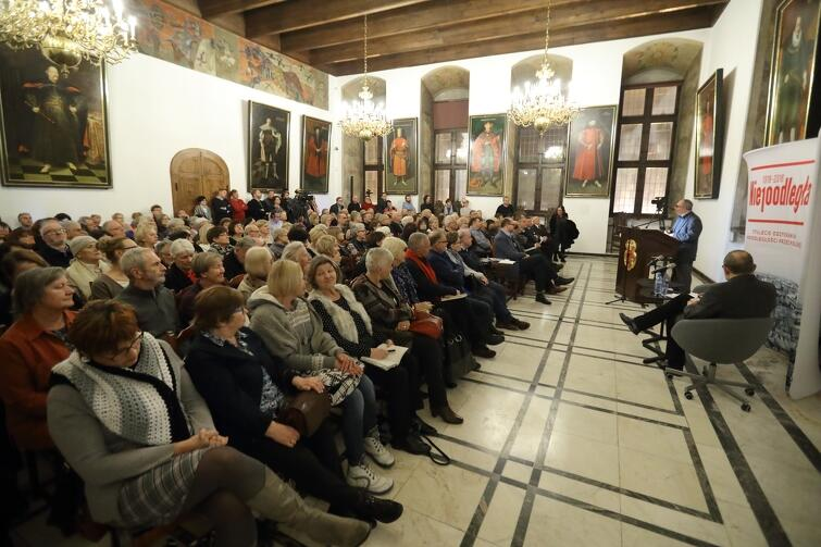 Sala była wypełniona publicznością, która w rzeczywistości była jeszcze większa, bowiem przebieg spotkania można było śledzić na żywo przez internet, dzięki transmisji prowadzonej przez portal gdansk.pl