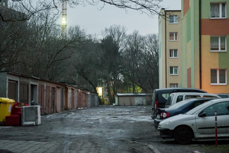 Jak usprawnić ruch samochodów w ciągu ul. Dworskiej. Można poprowadzić go tą ulicą, na przeszkodzie stoją jednak dwa garaże...