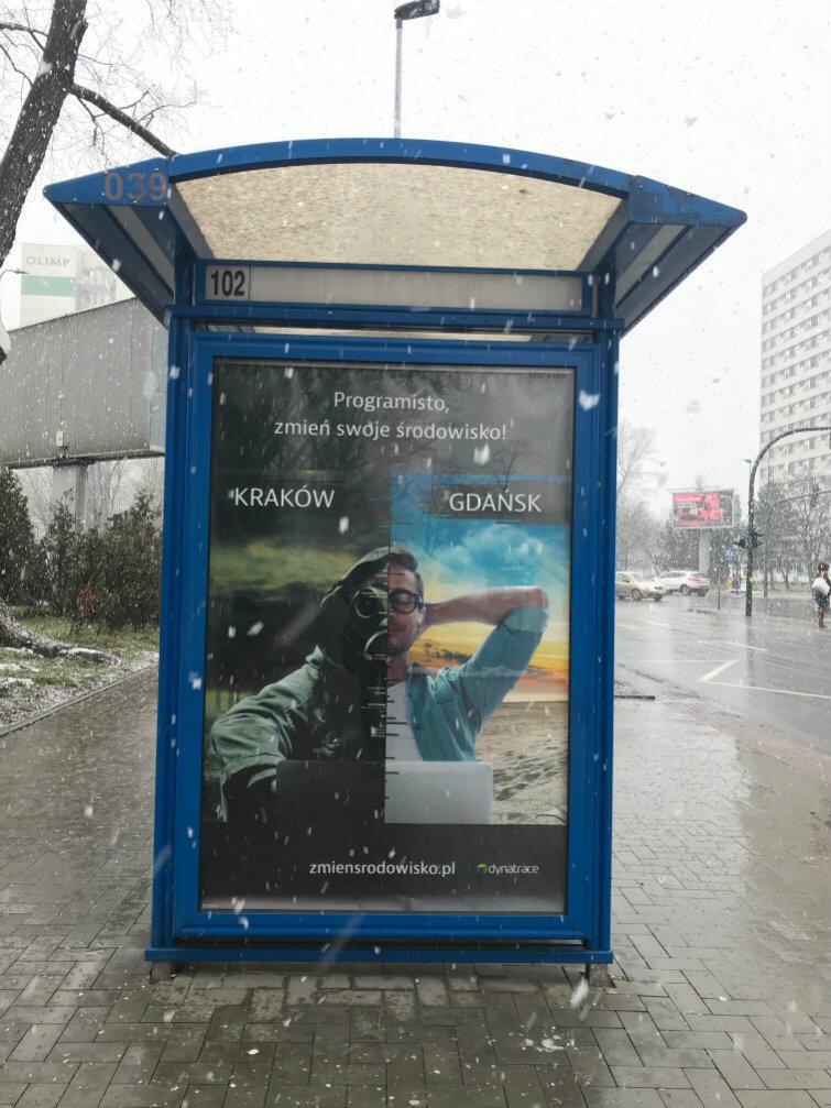 W Krakowie wynajęto 30 powierzchni reklamowych. Tutaj - na wiacie przystanku autobusowego. Część internautów krytykuje tę kampanię jako nieetyczną