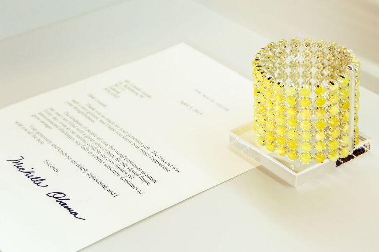 Wśród najciekawszych przedmiotów, które trafiły na wystawę, jest replika bransoletki wykonanej dla Michelle Obamy, żony Baracka Obamy, byłego prezydenta USA