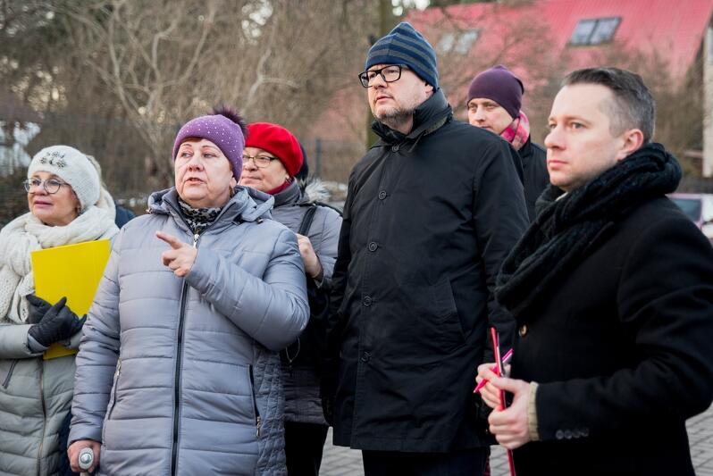 We wtorek odbył się roboczy spacer z udziałem prezydenta Pawła Adamowicza. Uczestniczyła w nim m.in. pani Halina Zdrada ( w fioletowej czapce), przewodnicząca Zarządu Dzielnicy Krakowiec-Górki Zachodnie