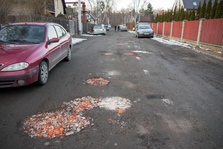 W przyszłym roku na ul. Mrongowiusza pojawią się betonowe płyty, dzięki którym kierowcy nie będą musieli już omijać takich gruntowych zagłębień