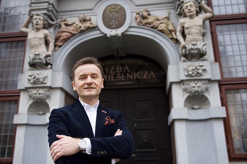 Dariusz Gobis, dyrektor Pomorskiej Izby Rzemieślniczej Małych i Średnich Przedsiębiorstw przed siedzibą Izby w sercu starówki, przy ul. Piwnej