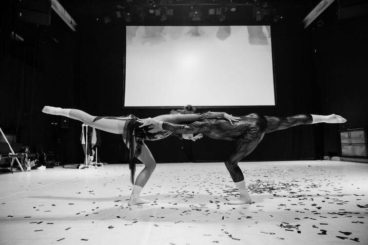 Duet tancerzy w spektaklu wykorzystuje swoje własne konkursowe doświadczenia i upodobanie do jazdy figurowej na lodzie