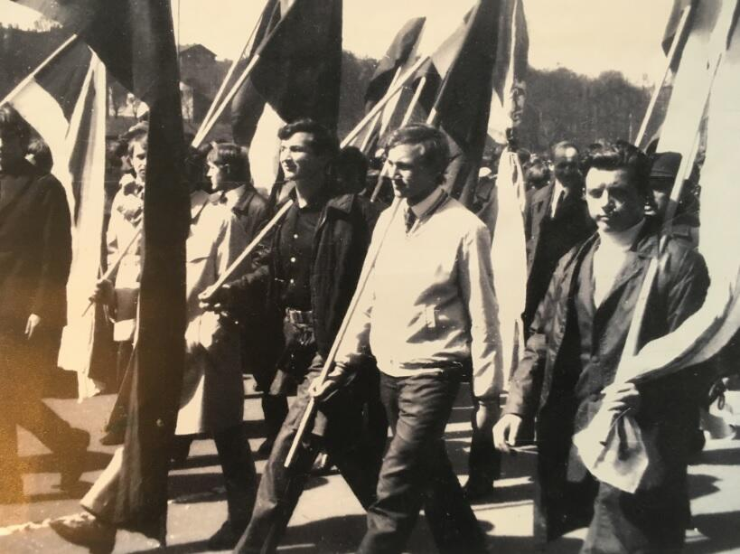 W czasie pochodu pierwszomajowego w 1971 roku zabraliśmy czarne flagi bądź odwrócone czerwono-białe z czarnymi kokardami i przemaszerowaliśmy przed trybuną