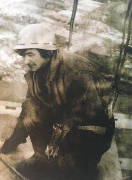 Stanisław Grzyb pracujący na ramieniu pomnika, 1980