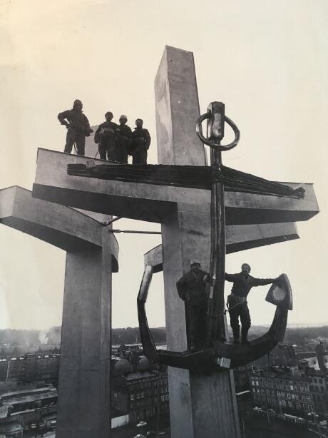 Budowniczowie pomnika po zakończeniu prac montażowych, 1980