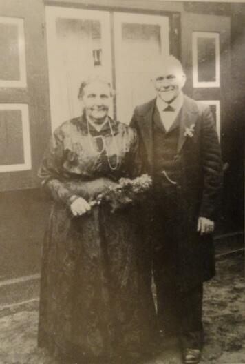 Bertha i August Röschke w 50. rocznicę ślubu, przed domem w Górkach Wschodnich