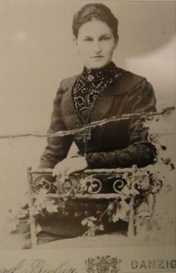 Emilia Otylia Schmidt, najstarsza córka Berthy i Augusta Röschke, a matka Bonny'ego Szmita, również sprzedawała ryby na Pobrzeżu