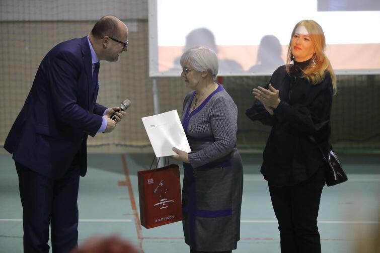 Na zdj. prezydent Paweł Adamowicz i nagrodzone gdańszczanki - Justyna Rogińska (w środku) i Ewelina Wojdyło