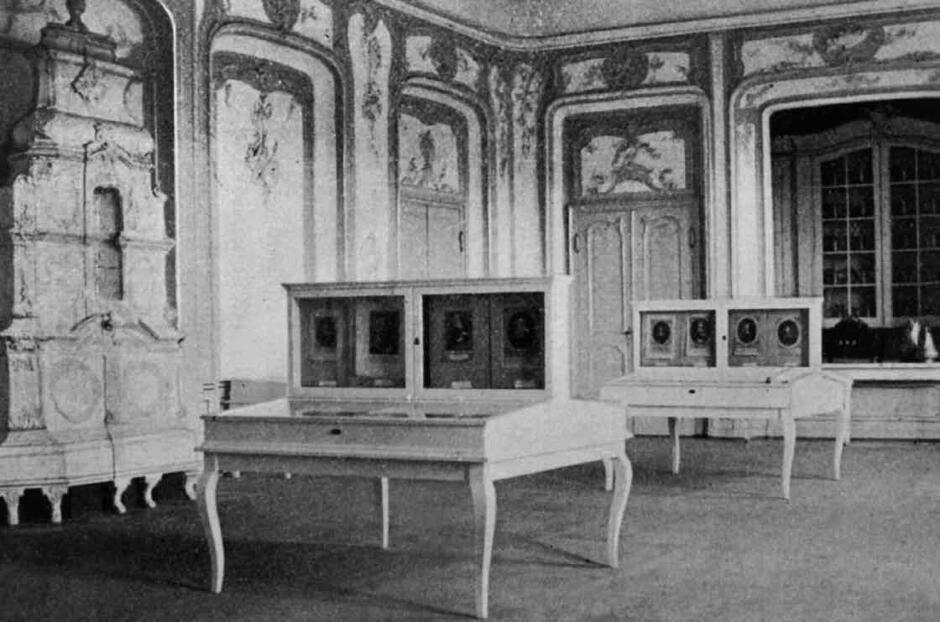 Gabloty z miedziorytniczymi wizerunkami osób związanych z Oliwą; jest to fragment pierwszej ekspozycji muzealnej z 1928 roku; po lewej rokokowy piec kaflowy