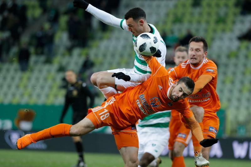 O piłkę walczy Joao Nunes