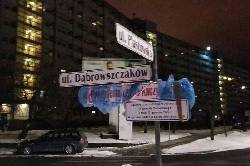 Zasłonięta przez Adamskiego tablica z nazwą ulicy Prezydenta Lecha Kaczyńskiego