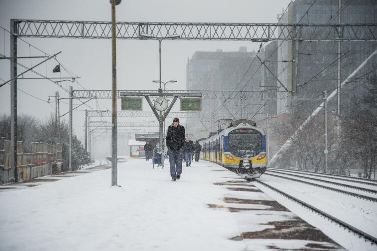 W poniedziałek, 5 lutego, znowu zaczęło padać. Instytut Meteorologii i Gospodarki Wodnej zapowiadał, że śnieg w Gdańsku może padać przez cały dzień, a także w nocy. Apelowaliśmy o bezpieczeństwo i rozwagę na drogach, przypomnieliśmy też ABC odśnieżania, które obowiązuje w naszym mieście