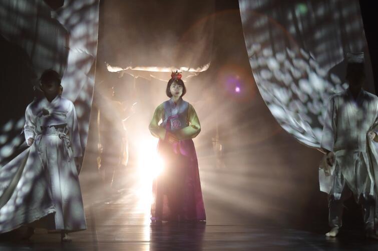 W środę, 7 lutego, w Gdańskim Teatrze Szekspirowskim wystawiono 'Cho-Hon', czyli 'Przyzywanie duchów' - spektakl mocno zanurzony w tradycji koreańskiej, opowiadający o kobiecych ofiarach wojennego konfliktu japońsko-koreańskiego. Edukacyjny, ekspiacyjny, lecz jednocześnie piękny wizualnie i ważny dla teatru i sztuki koreańskiej