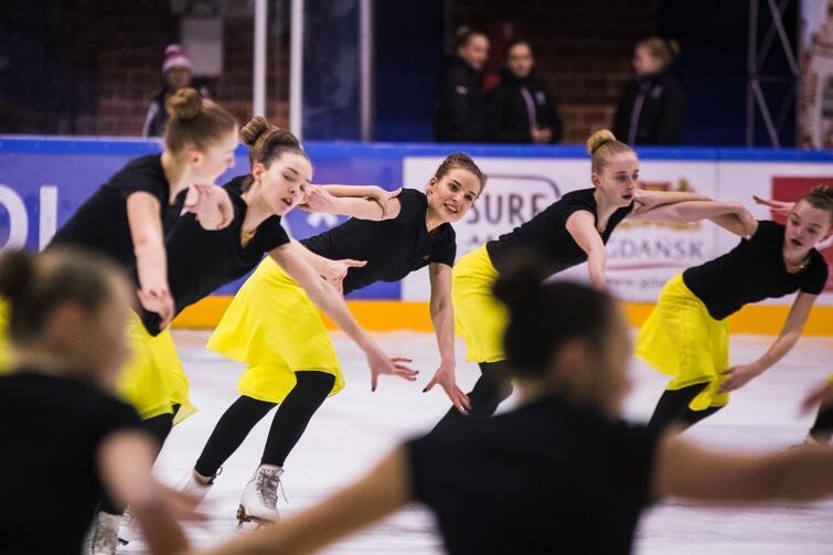 W formacjach występować może od 12 do 20 osób, zespoły mogą być mieszane: kobieco-męskie. Łyżwiarstwo synchroniczne to dyscyplina popularna głównie w USA i Skandynawii. W niedzielę, 11 lutego, w hali Olivii odbyły się Międzynarodowe Zawody 'Hevelius Cup 2018'. Wzieło w nich udział 400 zawodniczek z 9 krajów, rywalizujących w 24 drużynach