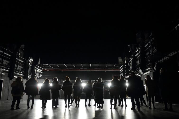 Gdański Teatr Szekspirowski to nie tylko miejsce dla wydarzeń, takich jak spektakle, koncerty, wernisaże czy spotkania z artystami, ale atrakcja sama w sobie. Zwiedziliśmy budynek nocą i sprawdziliśmy, czy jest tak samo intrygujący jak za dnia, jak wygląda w środku, gdy nikogo nie ma, i jaki widok rozpościera się z najwyższego punktu obserwacyjnego