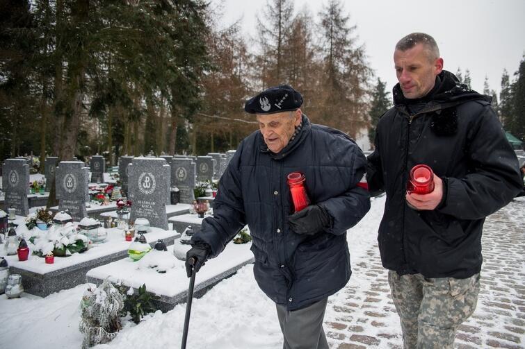 Gdańszczanie, władze miasta i kombatanci AK oddali hołd bohaterom z okresu II Wojny Światowej. Uroczystość, upamiętniająca 76. rocznicę przemianowania Związku Walki Zbrojnej w Armię Krajową miała miejsce w sobotę, 24 lutego, na cmentarzu Łostowickim w Gdańsku