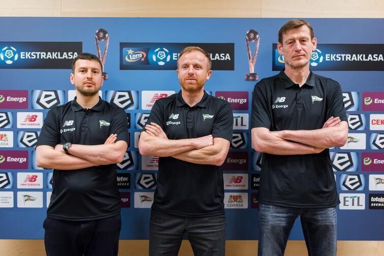 Nowy sztab szkoleniowy Lechii. Stoją od lewej: Łukasz Smolarow, Piotr Stokowiec i Jarosław Bako