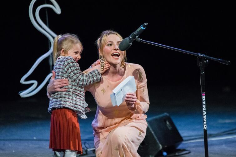 Sylwia Gruchała z córeczką wręczały jedną z nagród kulturalnych