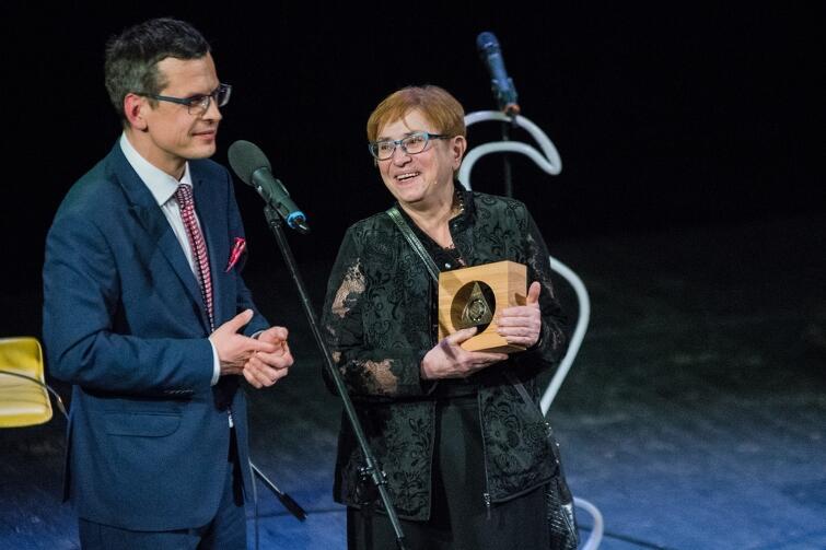 Mikołaj Chrzan, redaktor naczelny GWT wręcza Medal Karty Trójmiasta Fundacji ARMAAG, zajmującej się monitorowaniem powietrza atmosferycznego, na ręce jej dyrektorki Krystyny Szymańskiej