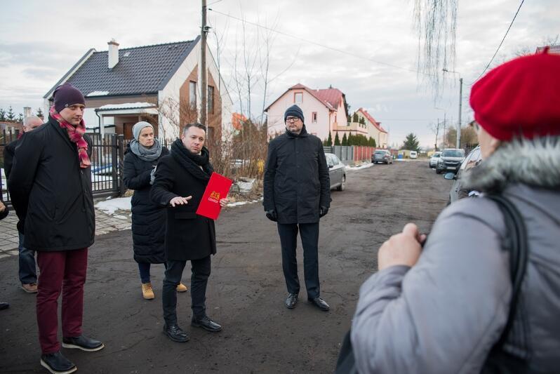 W związku z przygotowaniami do spotkania Prezydenta Miasta Gdańska z mieszkańcami dzielnicy Krakowiec-Górki Zachodnie, odbył się 20 lutego 2018 r. obchód po dzielnicy, w którym uczestniczyli urzędnicy i radni dzielnicy
