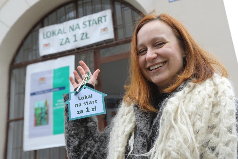 Emilia Strączek jako pierwsza odebrała klucze do lokalu wynajętego w pierwszej edycji programu. Od roku prowadzi pracownię artystyczną w Nowym Porcie