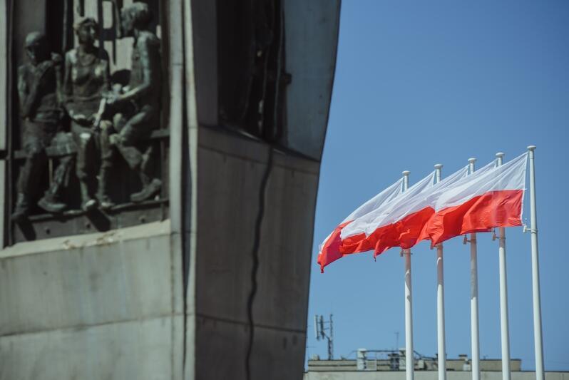 Najwyższy z nowych masztów flagowych będzie miał 40 m wysokości, pozostałych dziewięć - od 18 do 16 m. Nz. maszty przy Pomniku Poległych Stoczniowców