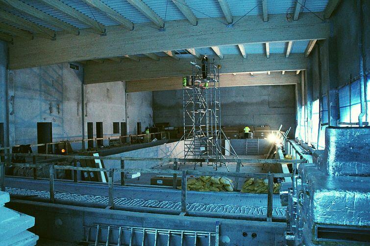 W środku prace koncentrują się na formowaniu niecki i montażu podwieszanego sufitu
