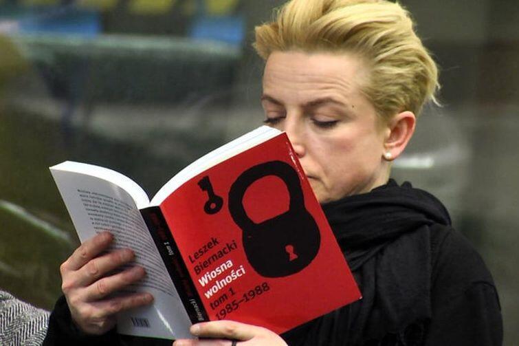 Na stoisku Oficyny Gdańskiej będzie można m.in. zaopatrzyć się w opowiadającą o drugiej połowie lat 80. XX wieku książkę 'Wiosna wolności' Leszka Biernackiego