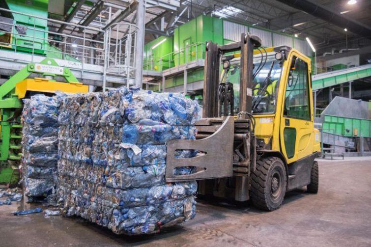 Sprasowane i odzyskane jako surowiec wtórny plastikowe opakowania