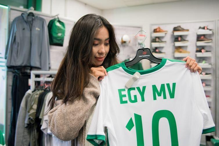 Vira ogląda koszulkę Egyego w sklepie Lechii
