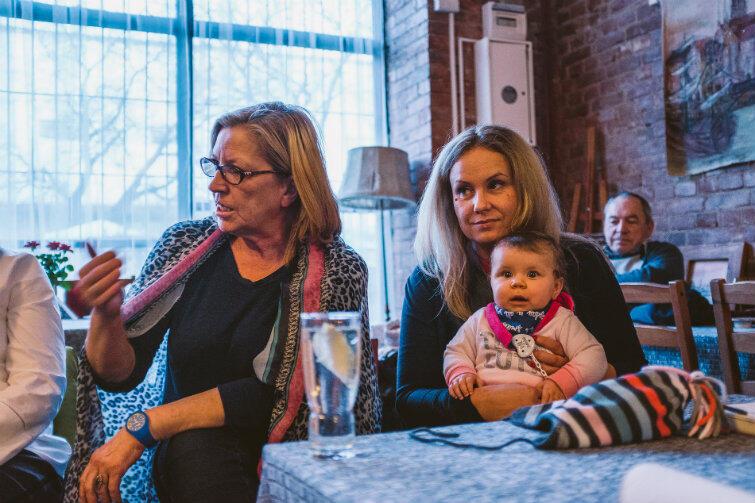 Przewodnicząca Rady Marzena Malko (po prawej) przyszła ze swoją malutką córeczką Ilianą - żeby nie było wątpliwości, że nikt tutaj nie odpuści, bo chodzi też o zdrowie dzieci