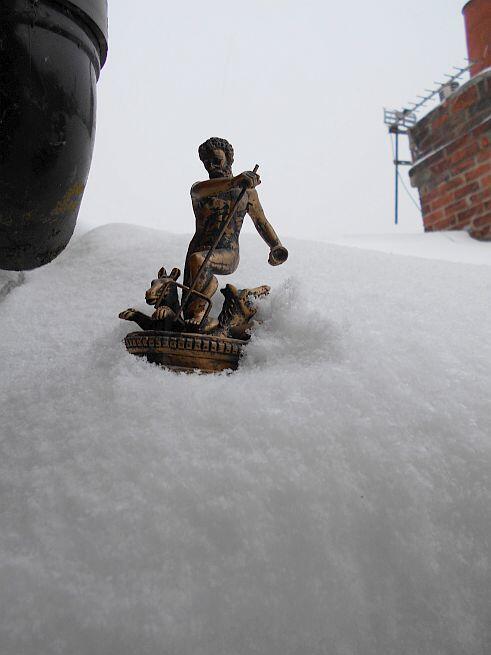 Figurka Neptuna podczas swoich podróży – tym razem na dachu wynajmowanego przeze mnie domu
