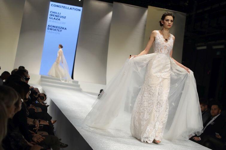 Pokaz kolekcji sukien ślubnych z dodatkami z bursztynu