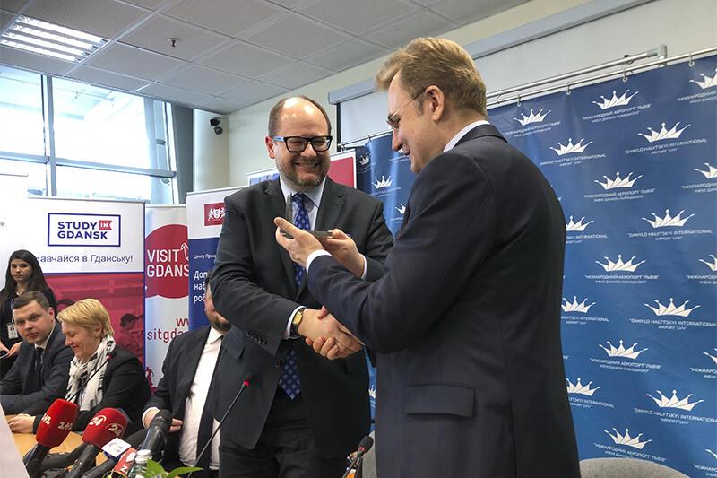 Prezydent Adamowicz wręcza merowi Sadowemu w prezencie 'gdańskie dźwigi' - statuetkę, która ma przypominać dzień, w którym Gdańsk i Lwów otworzyły się na nowe możliwości współpracy