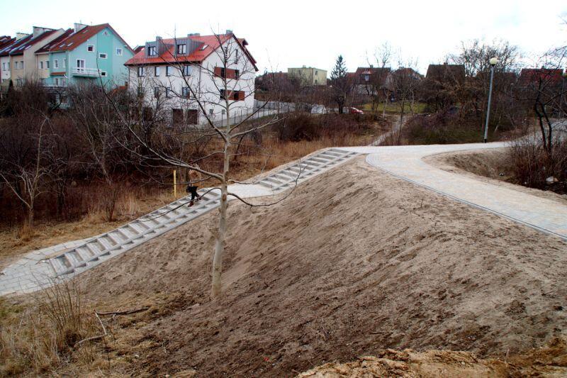 Schody prowadzące do, lub z pętli, na Siedlcach już gotowe