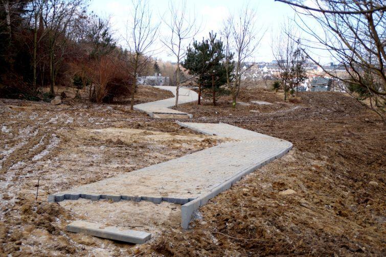 Dokończyć trzeba jeszcze m.in. układanie kostki chodnikowej