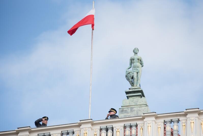 Flaga Polski - tak jak przed 73 laty, dziś załopotała na maszcie Dworu Artusa
