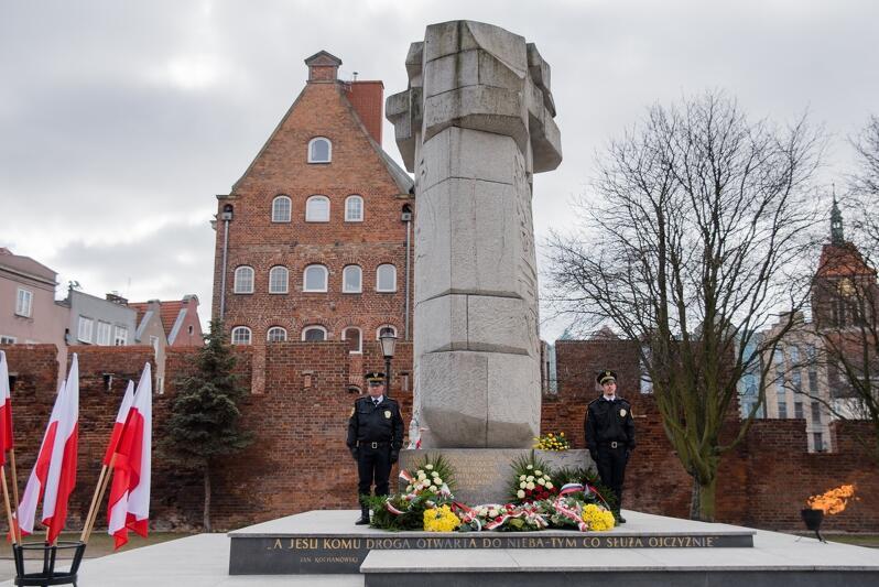 Pomnik Tym co za Polskość Gdańska - także tutaj złożono wiązanki