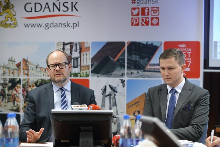 Konferencja nt działań poprawiających jakość powietrza w Gdańsku. Prezydent Gdańska Paweł Adamowicz i Piotr Grzelak, zastępca prezydenta Gdańska