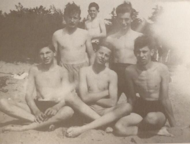 Elias Jaffe (pierwszy z lewej), Siegmund Lewinsohn (siedzi pośrodku), Hans Speier, Heinz Danziger, Hans Lewinsohon – koledzy z trzeciego Kinderstransportu kilka dni przed wyjazdem